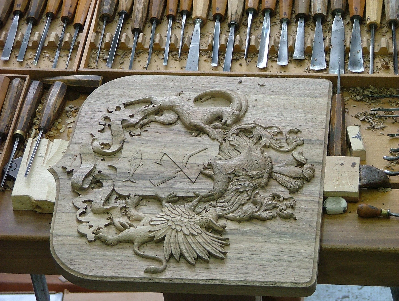 Gros plan d'une oeuvre en cours de sculptage sur bois
