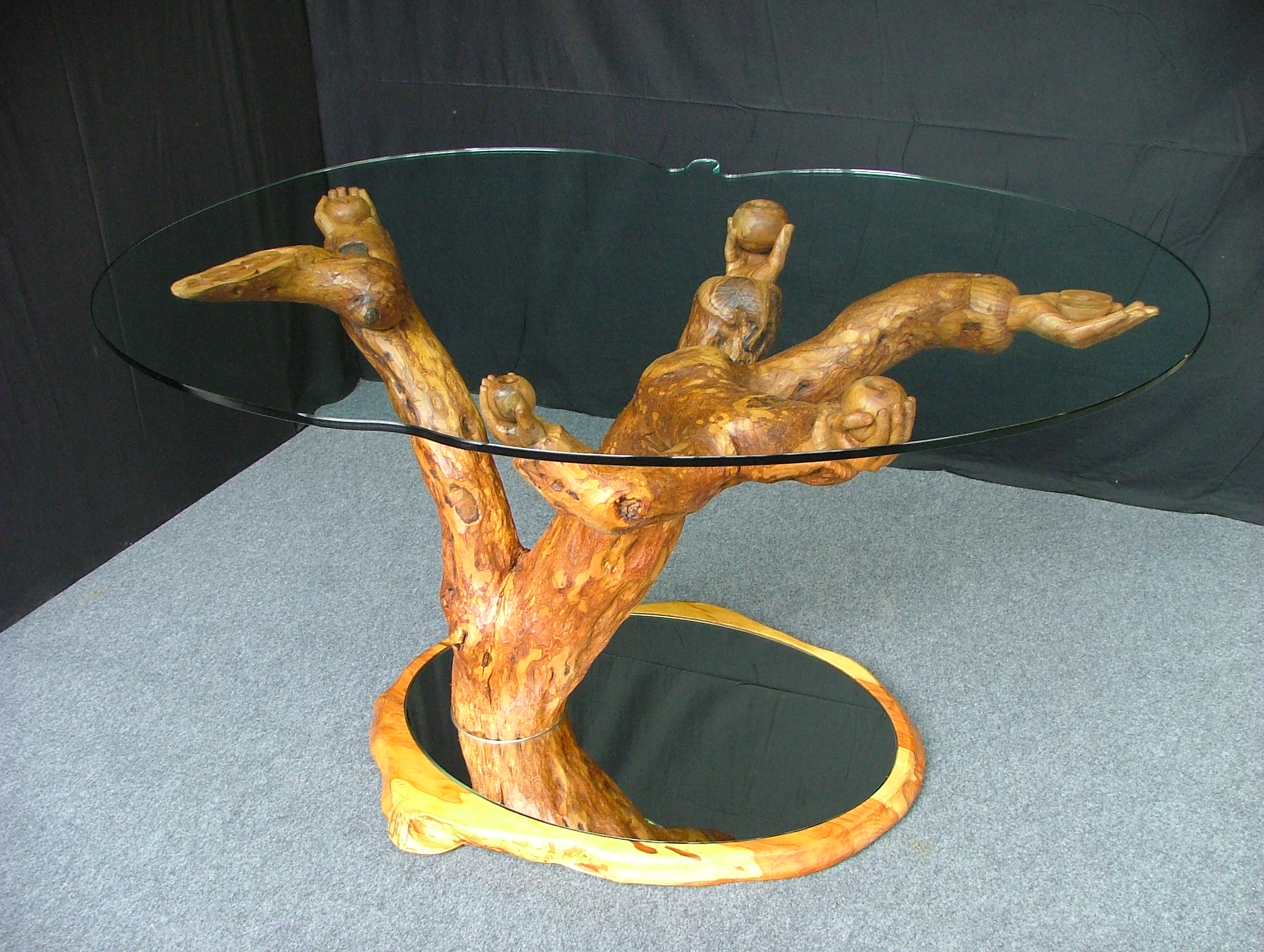 Galerie sculptures contemporaines - Table en verre sur un pommier